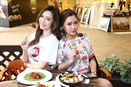 曾莞婷(左)與陳艾熙在「莫凡彼歐風餐廳」品嘗多道新料理。(攝影:余祐棠)