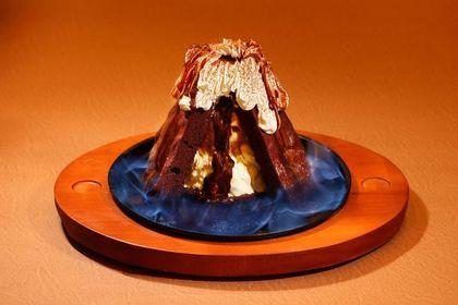 「火山爆發」是款造型如火山的甜點,是由濃郁布朗尼與冰淇淋組成。(售價580元)(莫凡彼提供)